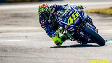 Photo of Valentino Rossi fermato da una caduta